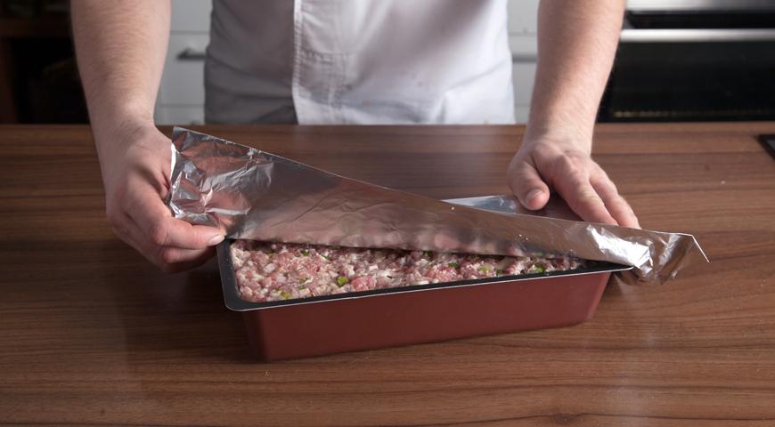 Паштет из свинины, выложите фарш в форму