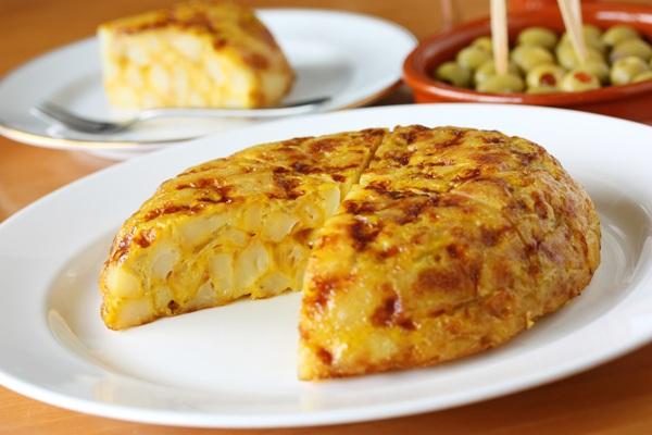 омлет с картошкой на сковороде